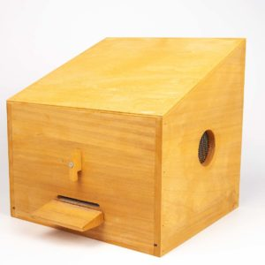 Handige zwermvangkasje met een stabiel handvat voor gebruik met één hand. De zwermvangkas wordt geleverdmet vliegplankje en afsluitbare bodemlade. gewicht maar 1000 gram Afmeting: ca. 28 x 31 x 32 cm